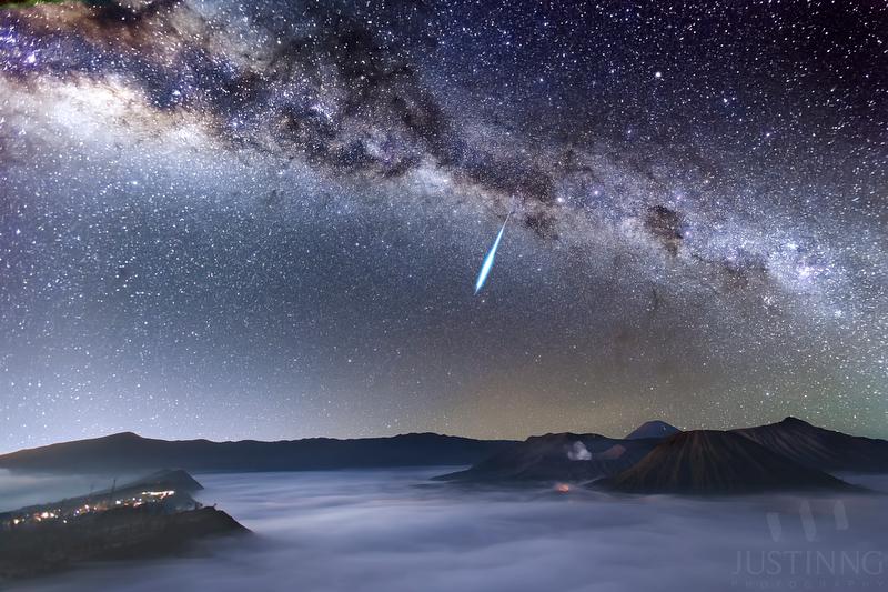 130506-Eta Aquarid Meteor above Mount Bromo (Removed Faint Stars)-w