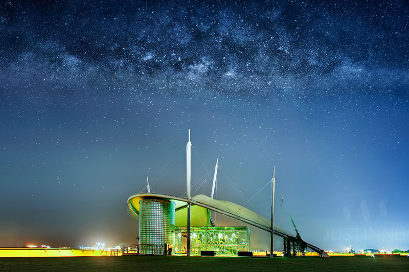 140410-Rising-Milky-Way-above-Marina-Barrage-Singapore